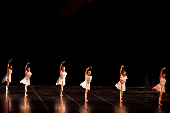 Dancers from the New World Dance Theatre Company in Ergo by Celeste Botha and Marlin Zoutman photo by Oscar O Ryan